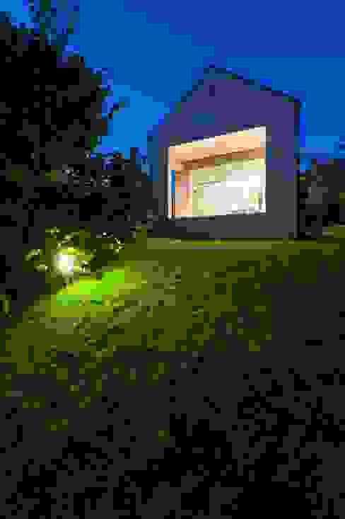 The Long Brick House por Földes Architects Minimalista