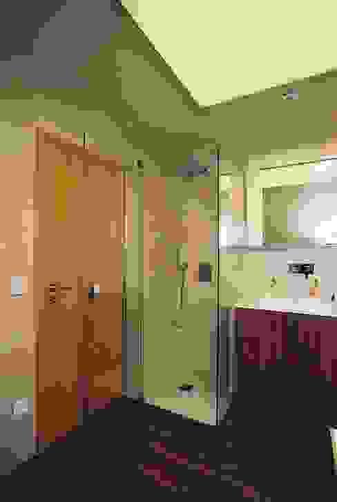 Ванные комнаты в . Автор – Ihr Einrichter Deco und Interieur Ralf Leuter, Эклектичный