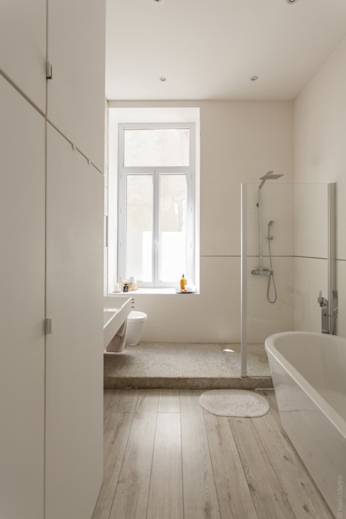 現代浴室設計點子、靈感&圖片 根據 WM 現代風