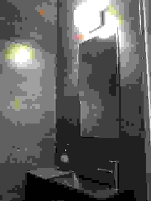 Appartement à Cannes meublé entièrement par wm: Salle de bains de style  par WM, Moderne