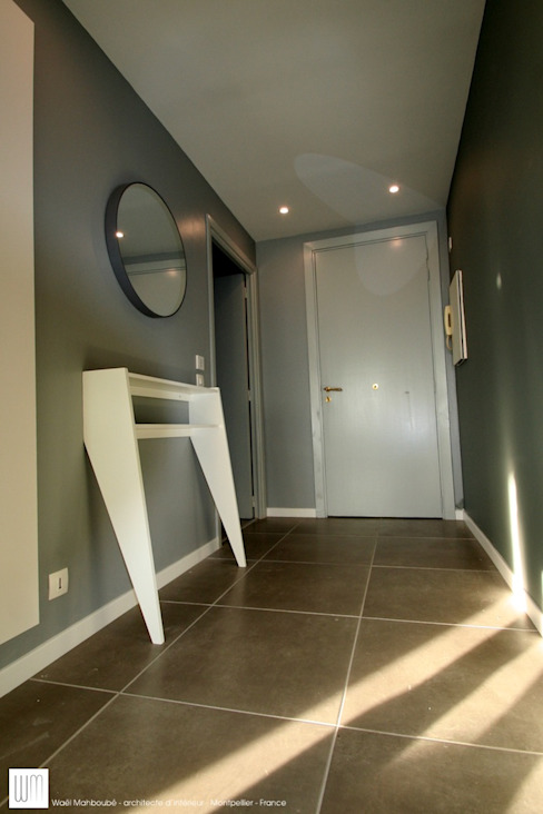 Appartement à Cannes meublé entièrement par wm: Couloir et hall d'entrée de style  par WM, Moderne