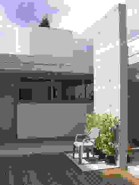 Garage B01 Garage / Hangar modernes par 3B Architecture Moderne
