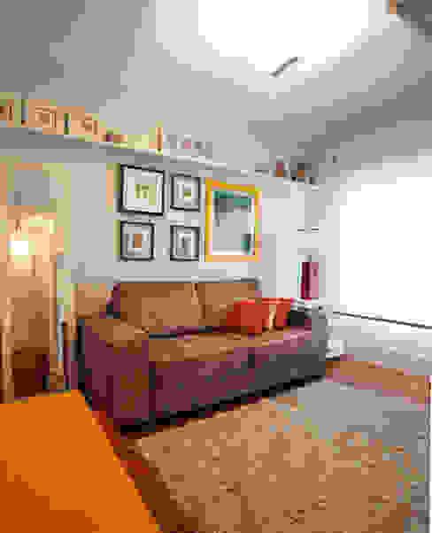 Sala íntima: Sala de estar  por Andréa Gonzaga