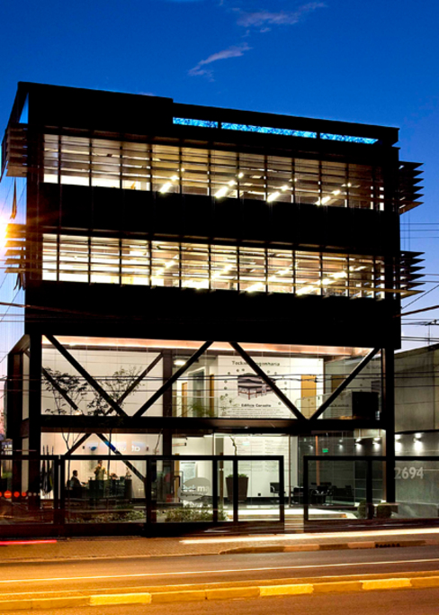 Edifício de Escritório por Andréa Gonzaga Moderno