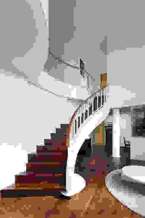 A house on the cliff Pasillos, vestíbulos y escaleras de estilo moderno de studio_GAON Moderno