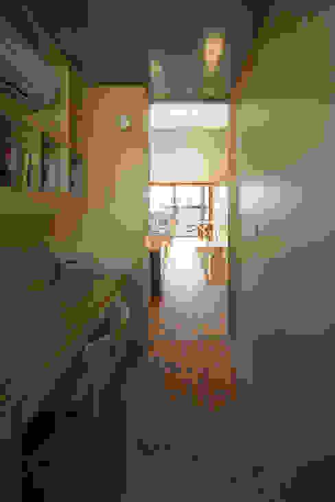House in Fuchu 에클레틱 복도, 현관 & 계단 by 佐藤重徳建築設計事務所 에클레틱 (Eclectic)