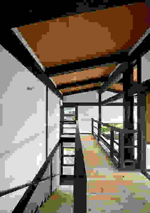 亞洲風玄關、階梯與走廊 根據 石井智子/美建設計事務所 日式風、東方風