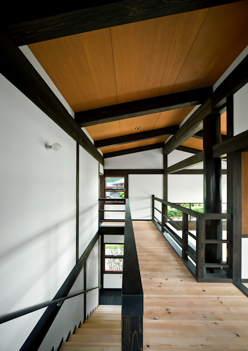 Asian style corridor, hallway & stairs by 石井智子/美建設計事務所 Asian