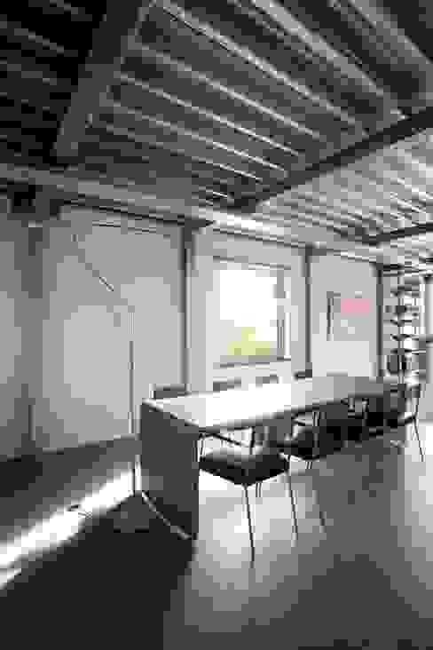Modern dining room by Archipelontwerpers Modern