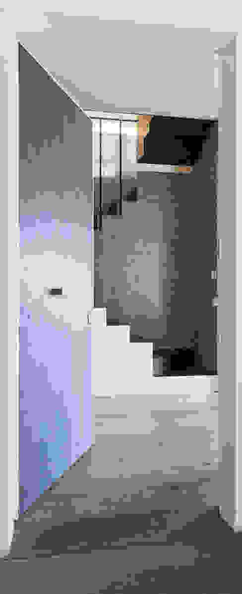 Plastudio Eclectic corridor, hallway & stairs