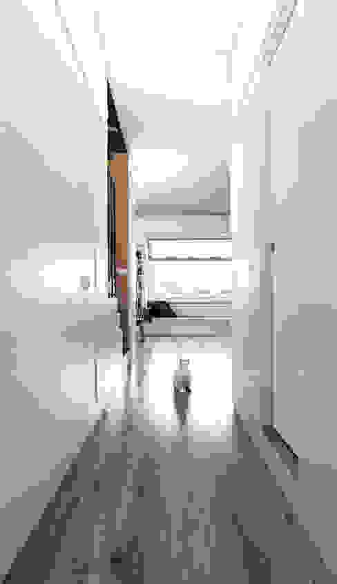 Eclectic corridor, hallway & stairs by Plastudio Eclectic