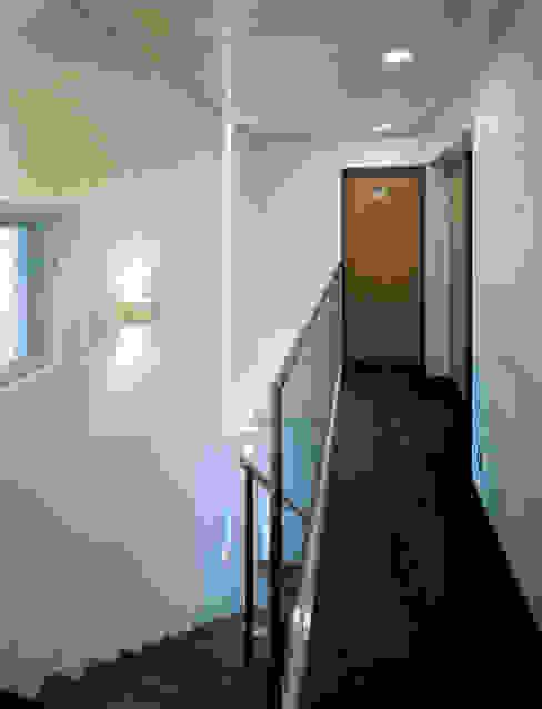House of Kami Corredores, halls e escadas modernos por atelier m Moderno