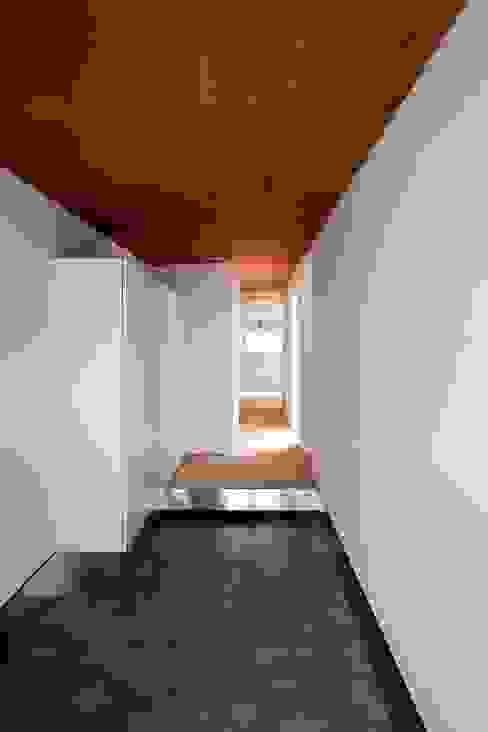 Spiral Roof Corredores, halls e escadas ecléticos por 諸江一紀建築設計事務所 Eclético
