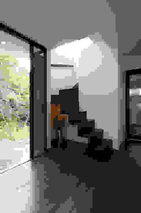 眺望と森をリビングで感じる家: ラブデザインホームズ/LOVE DESIGN HOMESが手掛けた階段です。,オリジナル