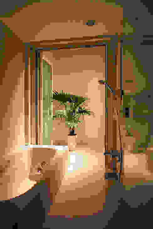 インナーテラスのある明るい住宅 ラブデザインホームズ/LOVE DESIGN HOMES オリジナルスタイルの お風呂 白色