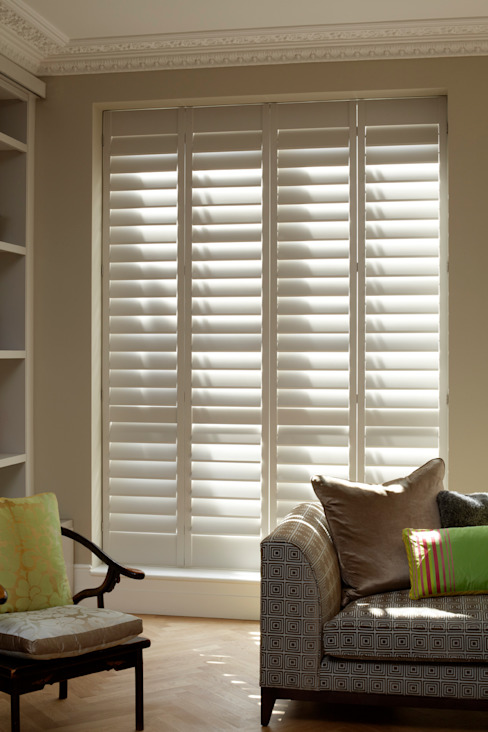 TNESC Living Room Shutters por The New England Shutter Company Clássico