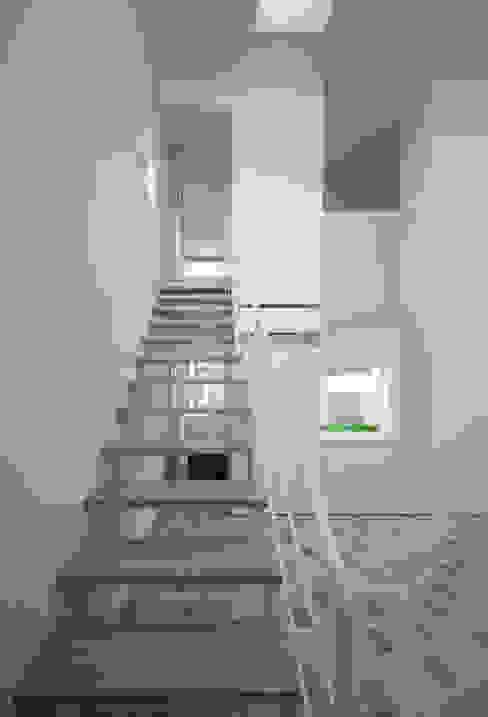 Corridor & hallway by ソルト建築設計事務所, Modern