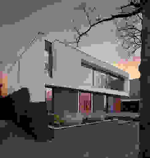 voorgevel Moderne huizen van VAN ROOIJEN ARCHITECTEN Modern Leisteen