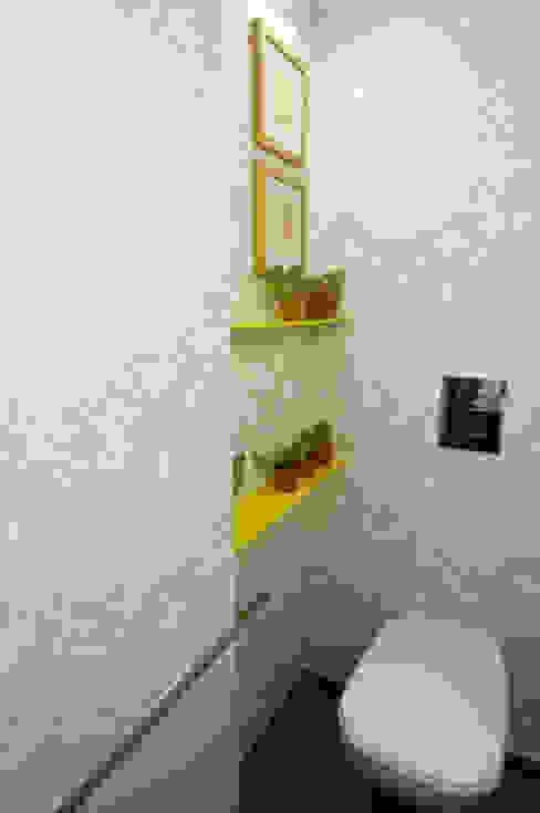 RESIDENCE AT CUFFE PARADE Minimalist bathroom by Dhruva Samal & Associates Minimalist