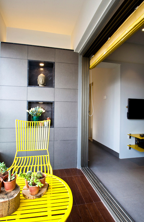 RESIDENCE AT CUFFE PARADE Minimalist balcony, veranda & terrace by Dhruva Samal & Associates Minimalist