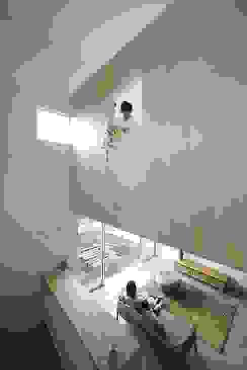 Azuchi House: ALTS DESIGN OFFICEが手掛けたリビングです。