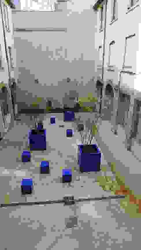 cour de l'épée à Lyon / BLEU MAJORELLE par ATELIER DU BOCAL paysagistes Méditerranéen