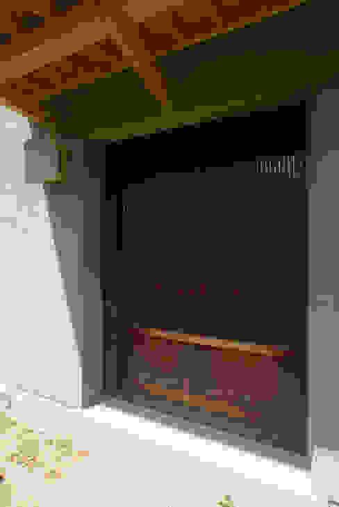 玄関の蔵戸: O設計室が手掛けたクラシックです。,クラシック