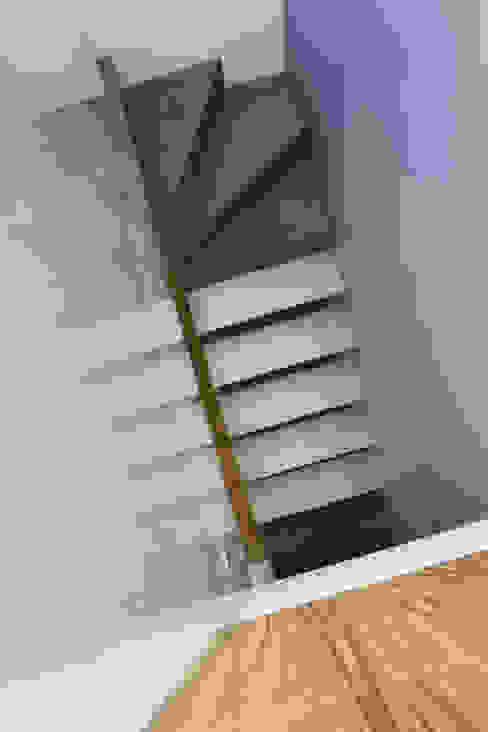 Soho Duplex Pasillos, vestíbulos y escaleras modernos de Slade Architecture Moderno