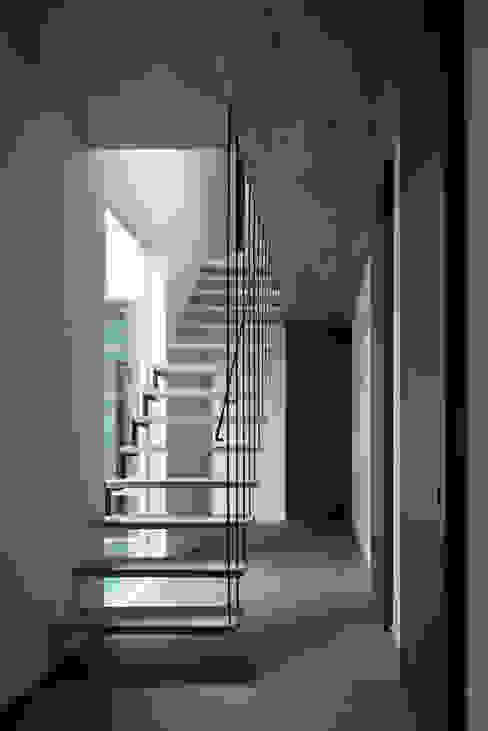 Industrialer Flur, Diele & Treppenhaus von 半谷彰英建築設計事務所/Akihide Hanya Architect & Associates Industrial Eisen/Stahl