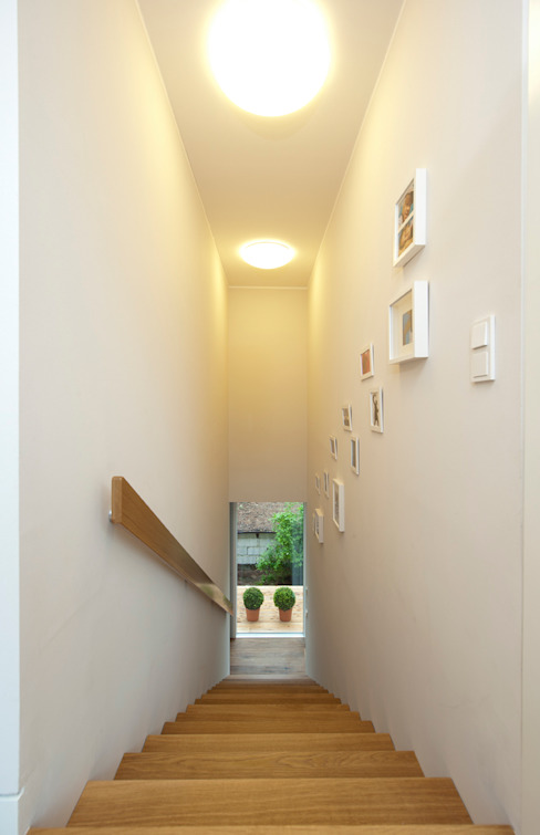 Modern Corridor, Hallway and Staircase by Cubus Projekt GmbH Modern