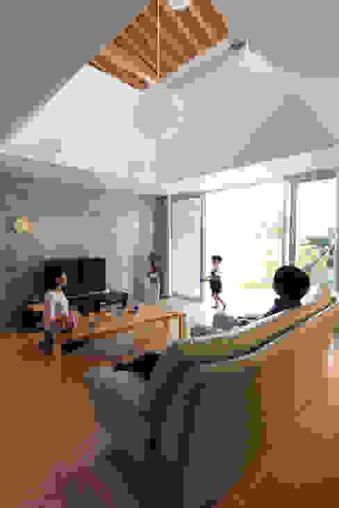 木の下のマテリアル: Kazuto Nishi Architectsが手掛けたリビングです。,和風