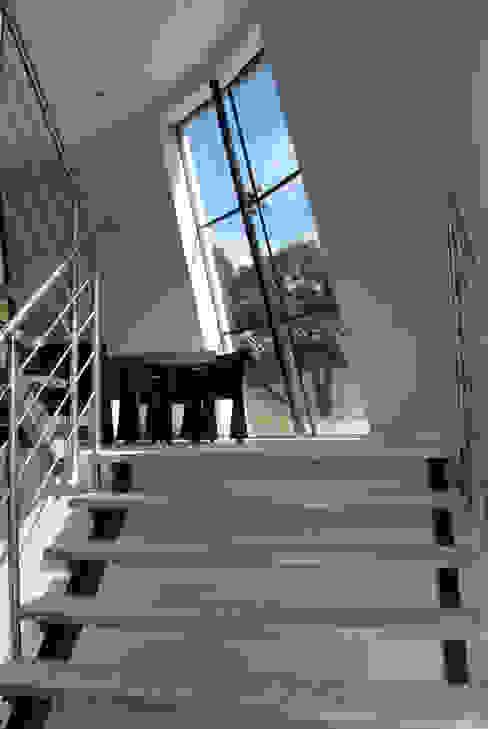 現代風玄關、走廊與階梯 根據 Factor Architecten 現代風