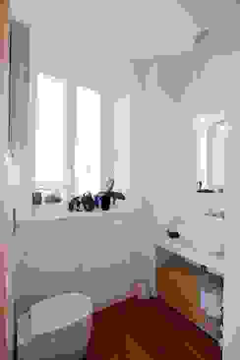 Bathroom B Bagno minimalista di Anomia Studio Minimalista