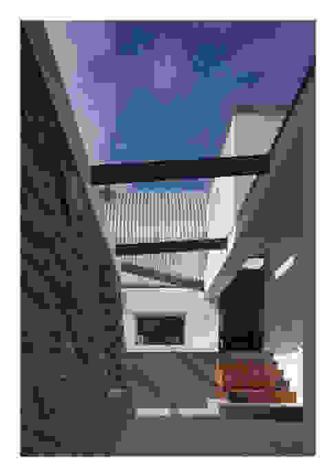House No. 7 Denizen Works Rustikale Fenster & Türen