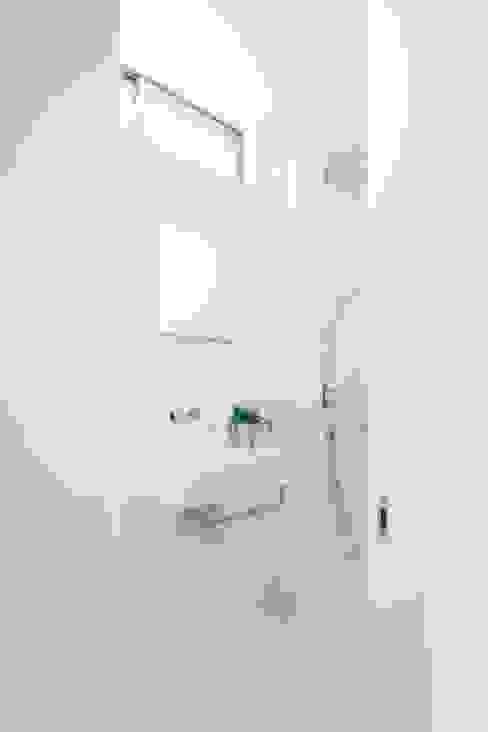 Trapezium House モダンスタイルの お風呂 の Kichi Architectural Design モダン