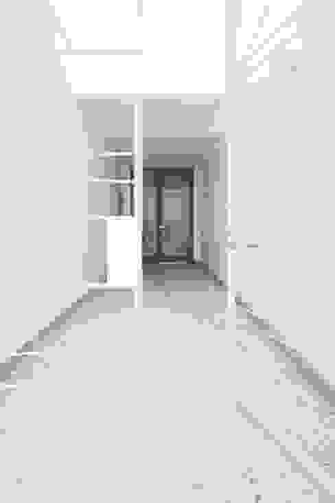 Trapezium House モダンスタイルの 玄関&廊下&階段 の Kichi Architectural Design モダン