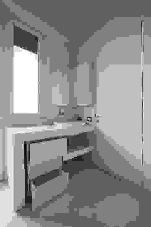 Baños de estilo moderno de Arredamenti Caneschi srl Moderno