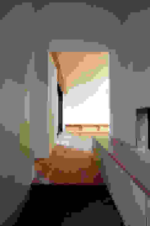 若林M邸 遠藤誠建築設計事務所(MAKOTO ENDO ARCHITECTS) モダンスタイルの 玄関&廊下&階段