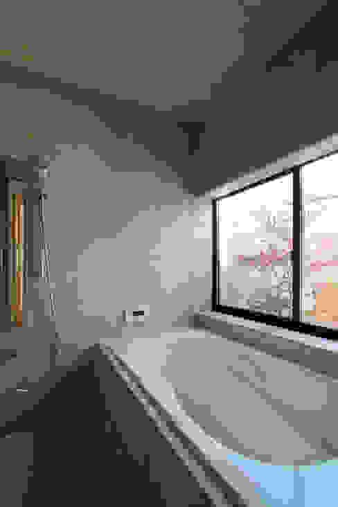 若林M邸 遠藤誠建築設計事務所(MAKOTO ENDO ARCHITECTS) モダンスタイルの お風呂