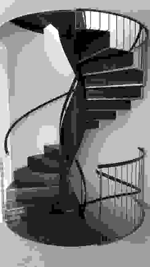 Scala elicoidale in ferro residenza privata Rimini di fferrarinirsm di ferrarini fabio Moderno