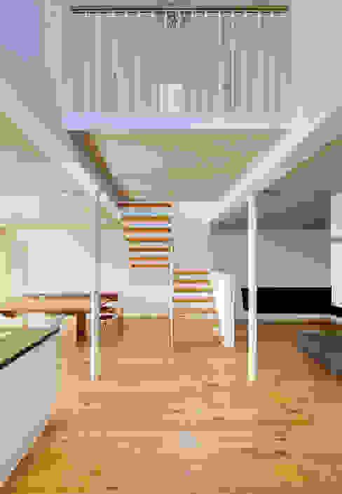 Ferienhaus mit Holzfassade Moderner Flur, Diele & Treppenhaus von Möhring Architekten Modern