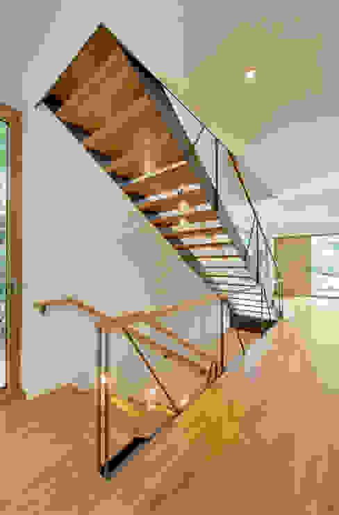 Einfamilienhaus mit schwebendem Dach und Veranda in Bremen Moderner Flur, Diele & Treppenhaus von Möhring Architekten Modern