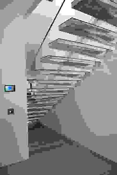 Kragarmtreppe aus Acryl:   von Siller Treppen/Stairs/Scale,Minimalistisch