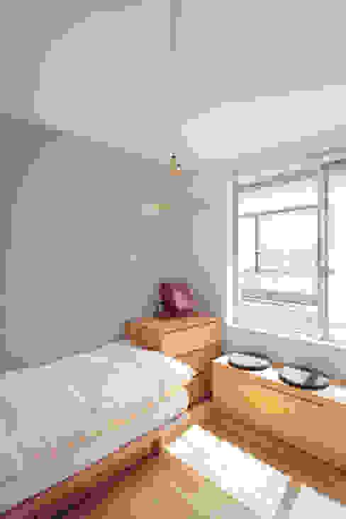 Scandinavian style nursery/kids room by TATO DESIGN:タトデザイン株式会社 Scandinavian