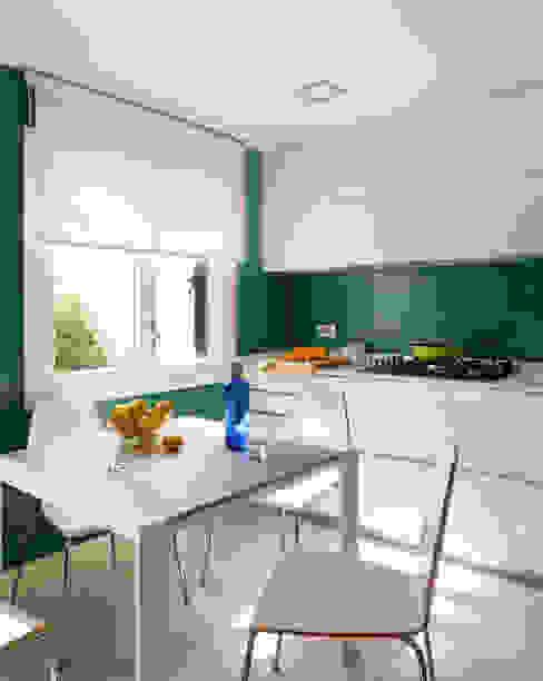Modern kitchen by ESTER SANCHEZ LASTRA Modern