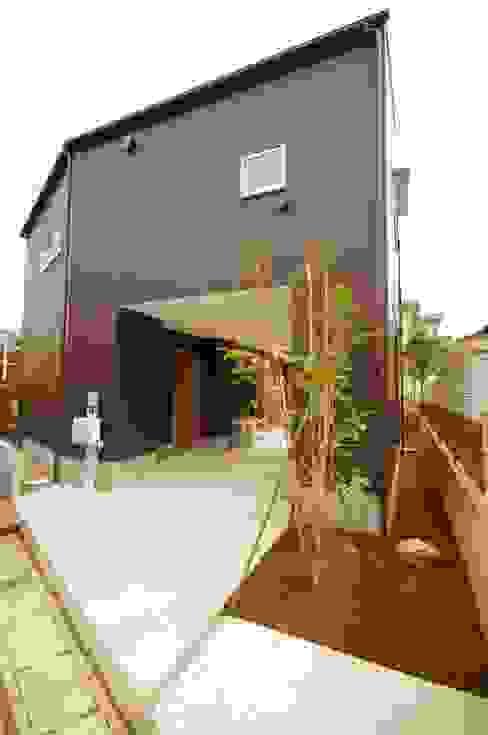 Casas modernas de K+Yアトリエ一級建築士事務所 Moderno