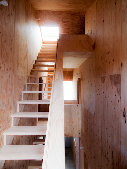 Rustic style corridor, hallway & stairs by AtelierorB Rustic Plywood