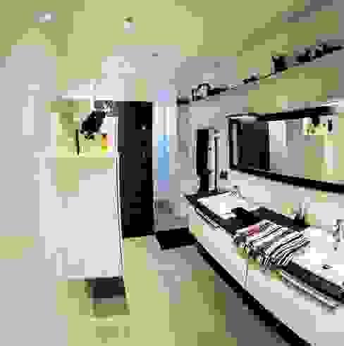 Banheiros modernos por Architecte Egrefeuille Carole Moderno