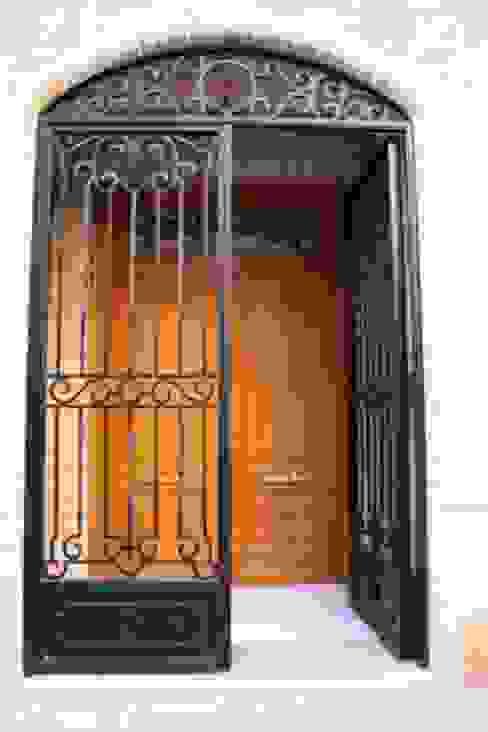Puerta de entrada Casas rústicas de MUDEYBA S.L. Rústico