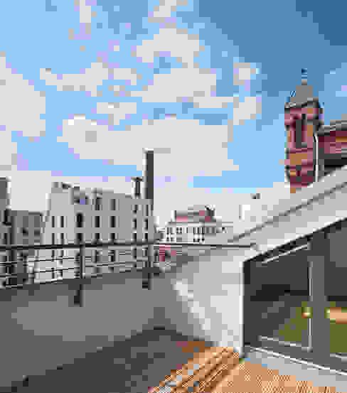 Industrialny balkon, taras i weranda od homify Industrialny